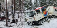 Bandvagn kör i snön