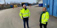 Albert och Ulrika står på återvinningscentralen