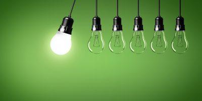 Glödlampor mot en grön vägg