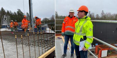 Peab-personal gjuter ett tak. Två projektledare blickar över bygget.