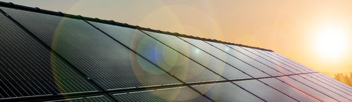 Solcellspaneler på ett tak