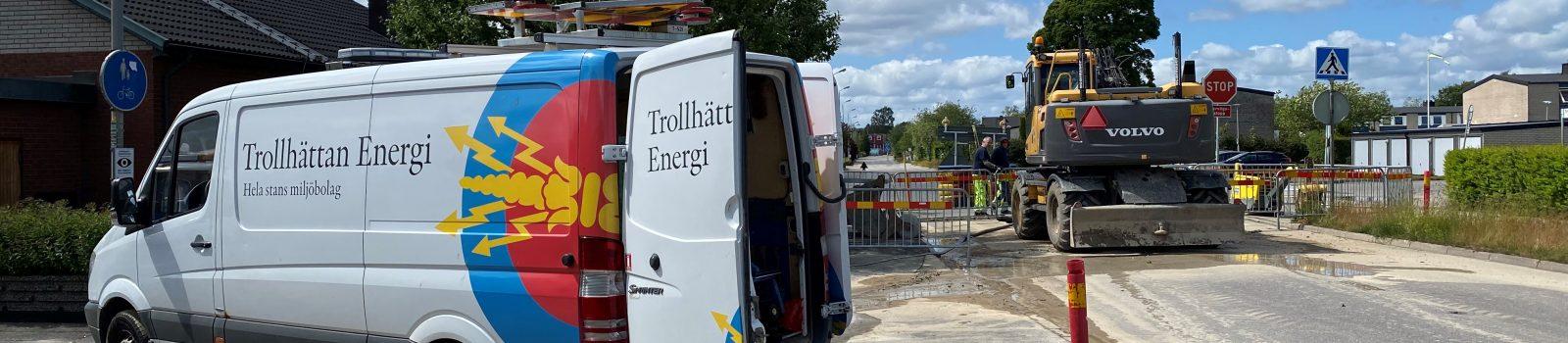 Trollhättan Energi-bil på vägen bredvid ett grävjobb