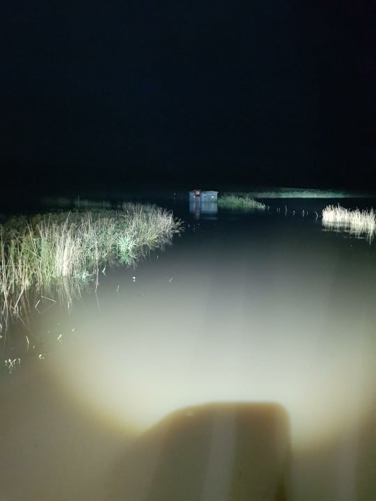 Översvämmad nätstation på natten